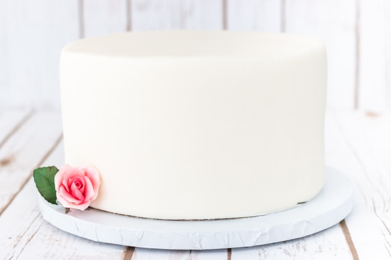Fondant can really be challenging. It looks so easy when you watch someone cover a cake on video, but actually doing it is another thing totally. Well, this post is filled with all of my best tips for covering a cake in fondant. #cakedecorating #fondanttutorial #caketutorial #fondant