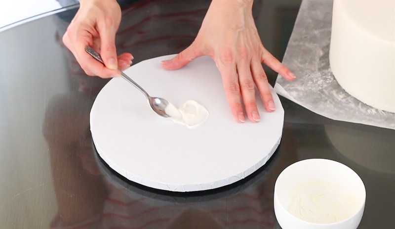 Attach a cake to the cake base