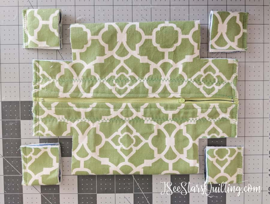 This is an alternate finishing technique for the final step of the Zipper Box Tote. It comes together in less than an hour! #ZipperBoxtote #easygift
