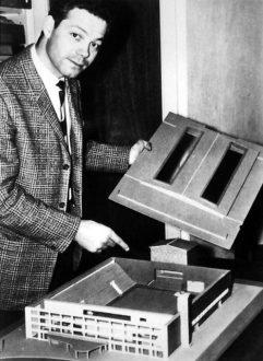 Søren Wolstrup med model af Holbæk-hallen 1961