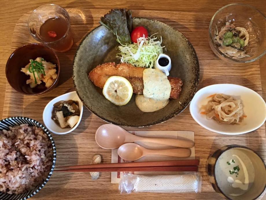 サーモンフライ定食伊勢カフェ