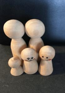 Systemisk Opstilling vist med figurer i arbejde med børn.