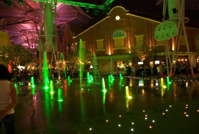 Adults and kids alike - all walk through this dancing fountain on the ground @ Clarke Quay