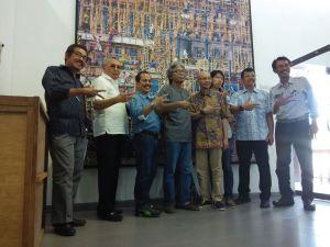"""Pengurus MFI dan Dewan Pembina MFI foto bersama dengan mengacungkan lambang K (tiga jari) yang berarti """"Kreativitas"""""""
