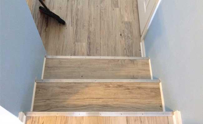 Galeri : Contoh Penggunaan Lantai Vinyl pada tangga Rumah