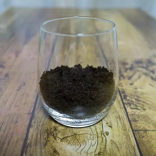 コーヒーかすを容器に移す