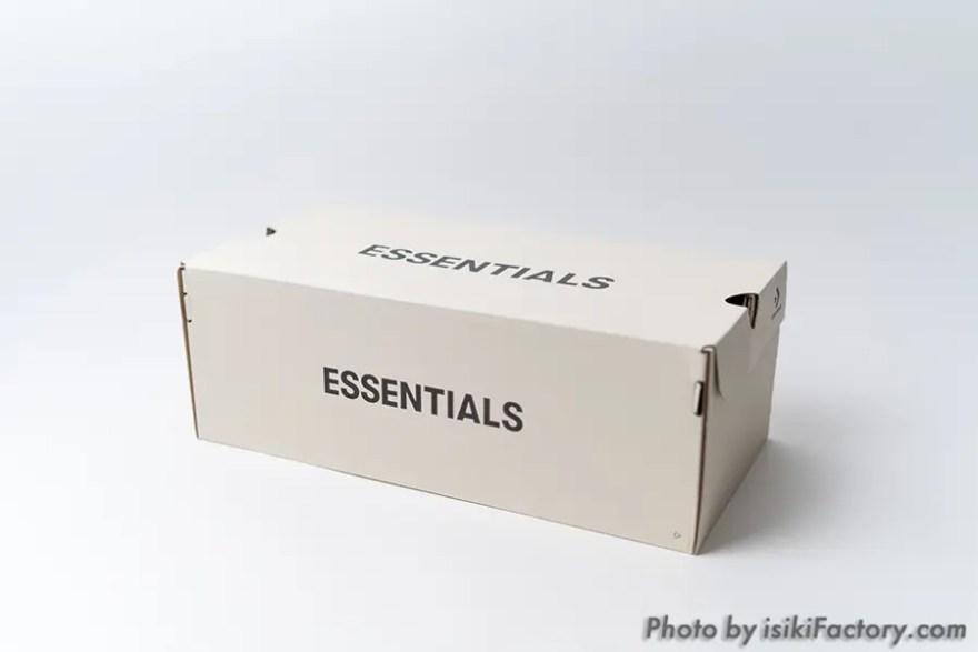 箱には「ESSENTIALS」の文字