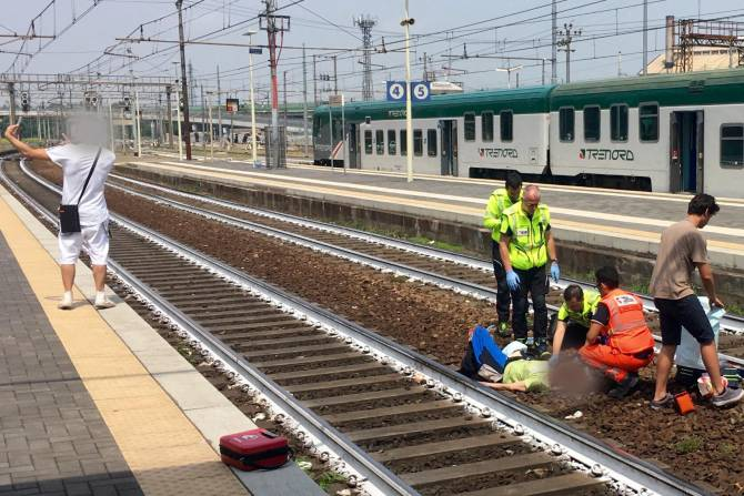 Man Takes Selfie As Paramedics Attend To Woman Hit By Train