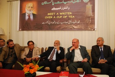 Pakistan's renowned poet and columnist, Muhammad Izhar ul Haq, speaking at 'Meet the Writer over a cup of tea' session in Islambad