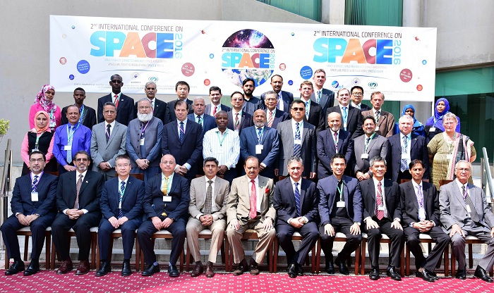 President Mamnoon Hussain in a grou photo with foreign delegates during the opening session of 2nd International Conference on Space at COMSTECH Secretariat, Islamabad