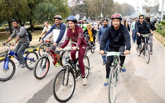 Islamabad Mayor Sheikh Ansar Aziz with cyclists at the launch of dedicated bicycling lanes in Islamabad event on 12 November 2016