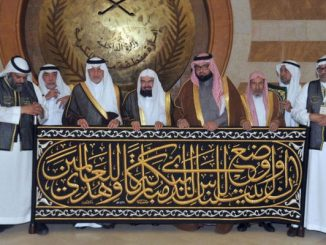 Makkah governor hands over Kiswa to senior keeper of Kaaba