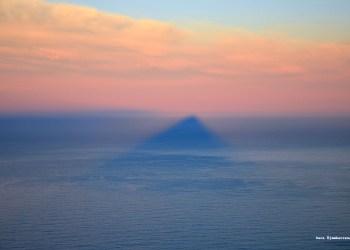 La montaña se ha vuelto mar. Sombra de la montaña Lion's Head en el Océano Atlántico. Ciudad del Cabo, Sudáfrica. Foto de Sarah Ojembarrena.
