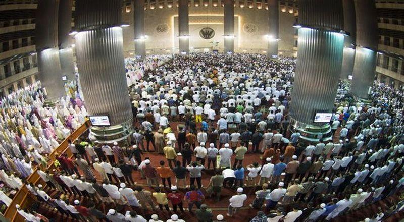 Umat Islam melaksanakan sholat di Masjid Istiqlal