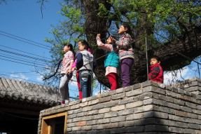 Children on the roof. Aga Khan Award for Architecture 2016 Winner: Hutong Children's Library and Art Centre Beijing, China