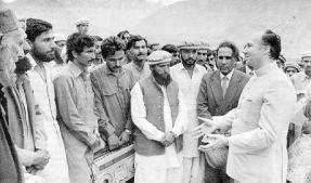 In Hunza, Mawlana Hazar Imam discussing AKRSP, May 1983. Photo: The Prairie Newsletter, 1984