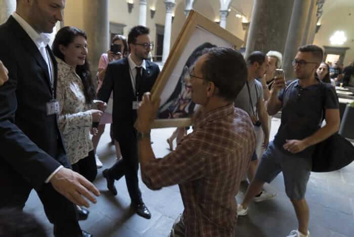 VIDEO: Marina Abramović atacada por un artista en Florencia durante una exhibición