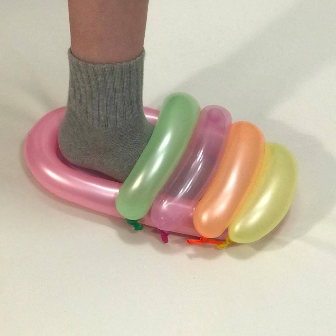 Nicole McLaughlin, la diseñadora DIY y viral que crea zapatillas con objetos cotidianos
