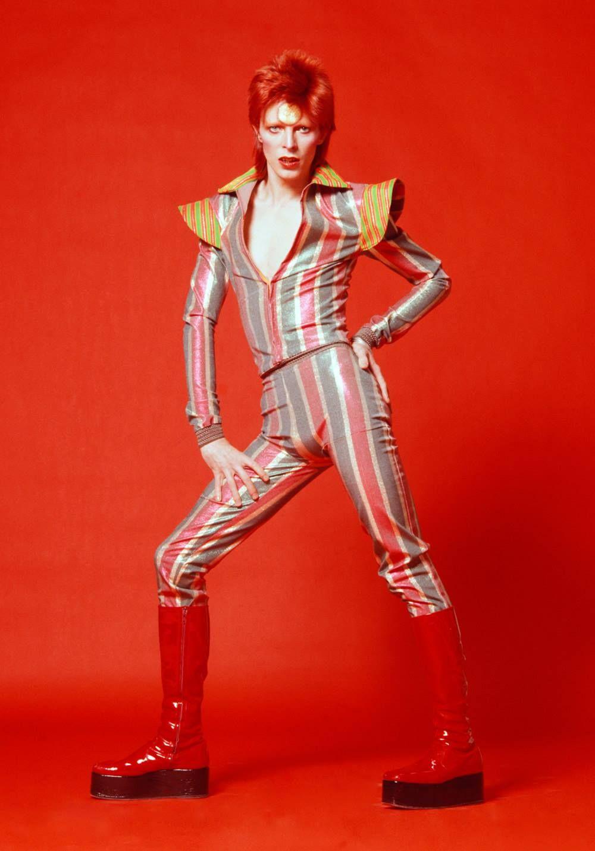 10 icónicos looks de David Bowie que cambiaron para siempre el mundo del fashion