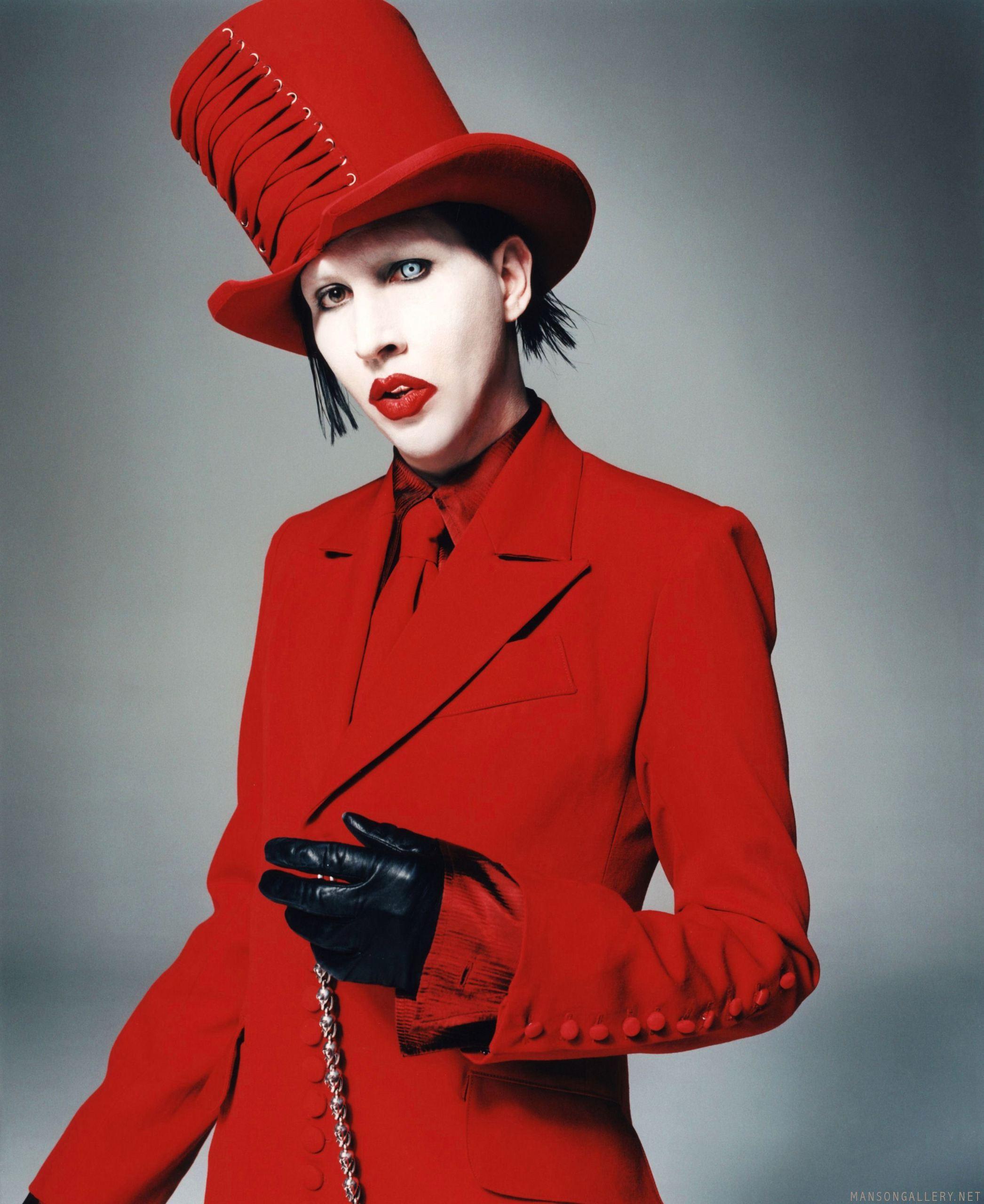 10 looks de Marilyn Manson que lo convierten en el dark lord de la moda