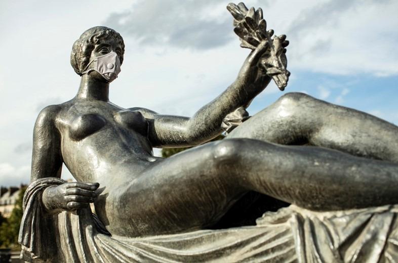 Máscaras de Airnum en las estatuas de París. Foto: Dazed