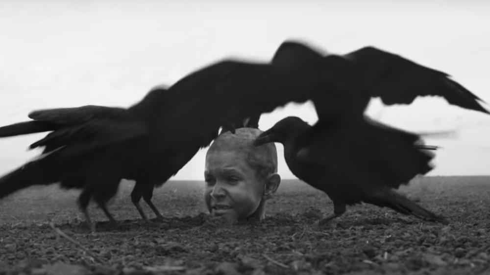 """""""The Painted Bird"""": El controversial y espeluznante filme de Václav Marhoul que conmocionó Venecia"""