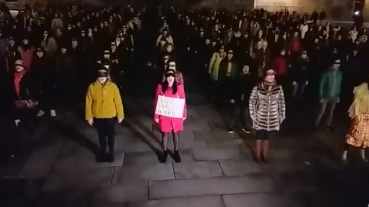 """España: Hombre sabotea un performance de """"Un violador en tu camino"""" y es sacado a empujones"""