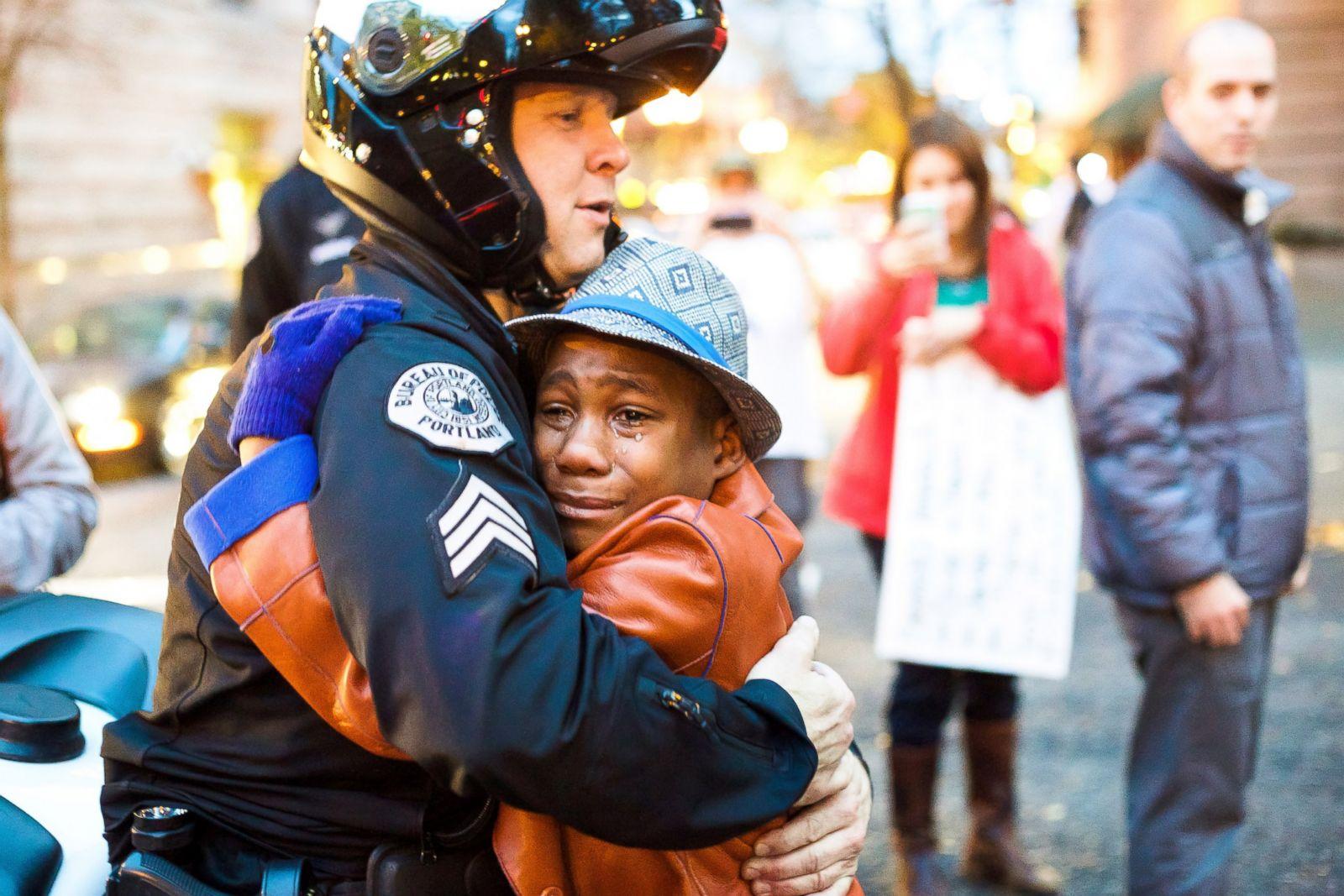 El sargento Bret Barnum abraza a Devonte Hart, de 12 años, durante una manifestación por la reforma de la policía en Portland, Oregón. Fotografía: Johnny Nguyen
