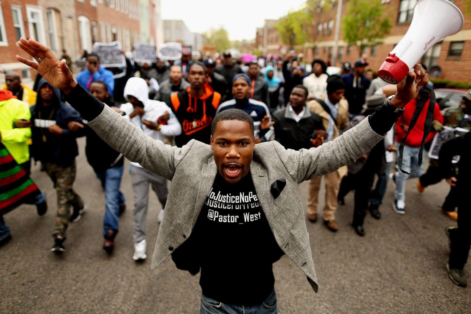 Cientos de manifestantes marchan hacia la estación del Distrito Occidental de la Policía de Baltimore durante una protesta contra la brutalidad policial y la muerte de Gray en el barrio de Sandtown el 22 de abril de 2015, en Baltimore. Fotografía: Chip Somodevilla/Getty Images