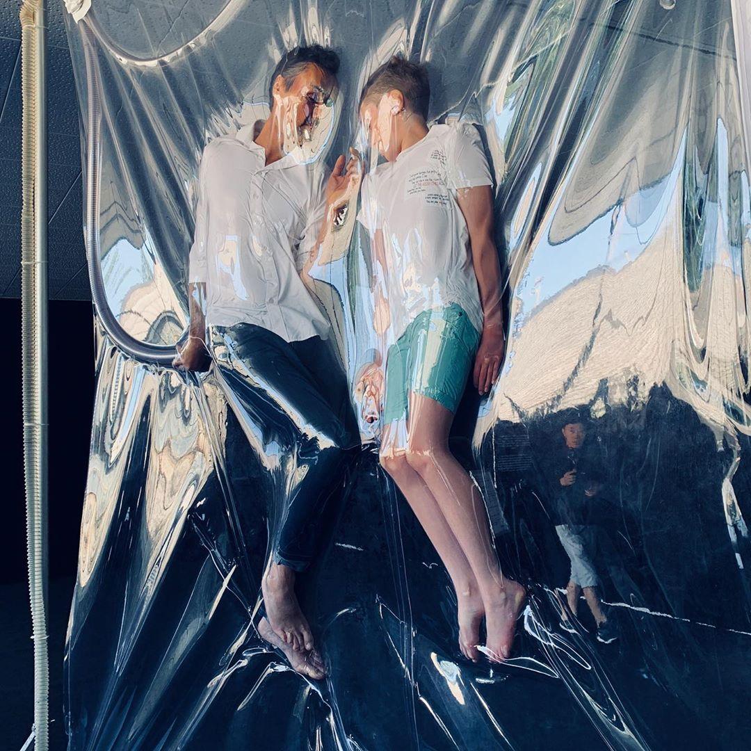 Conoce a Lawrence Malstaf, el artista belga que introduce personas reales en bolsas al vacío