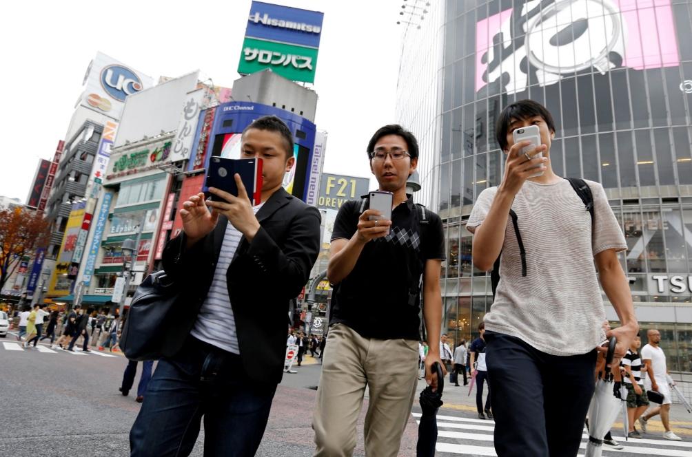 Una ciudad en Japón prohíbe caminar mientras revisas el celular