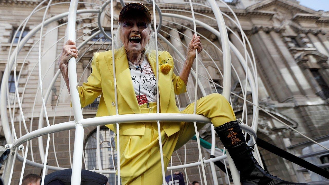 Vivienne Westwood se encerró en una jaula para protestar contra la extradición de Julian Assange