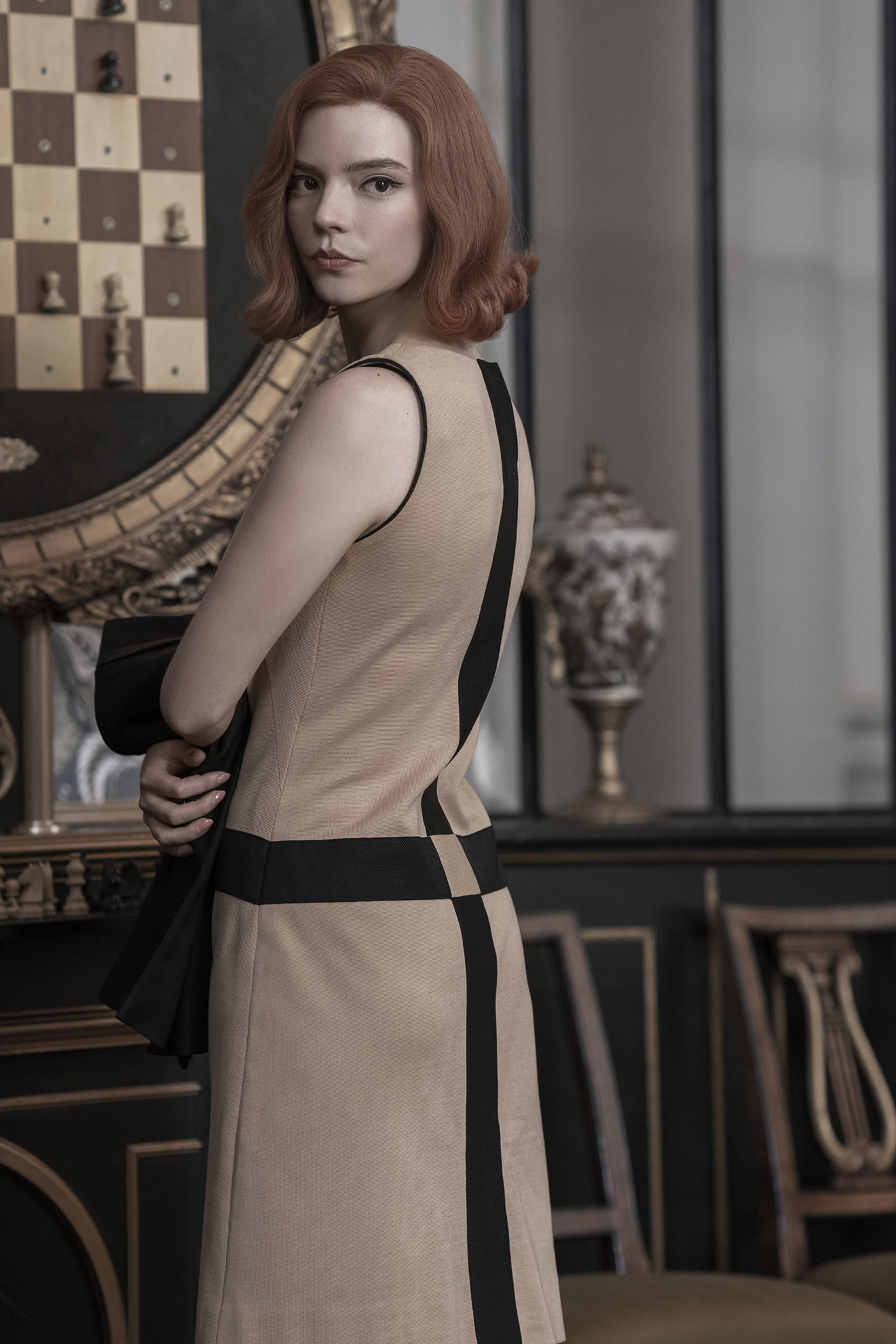 """10 looks de """"The Queen's Gambit"""" que reflejan el espíritu rebelde y elegante de los 60"""