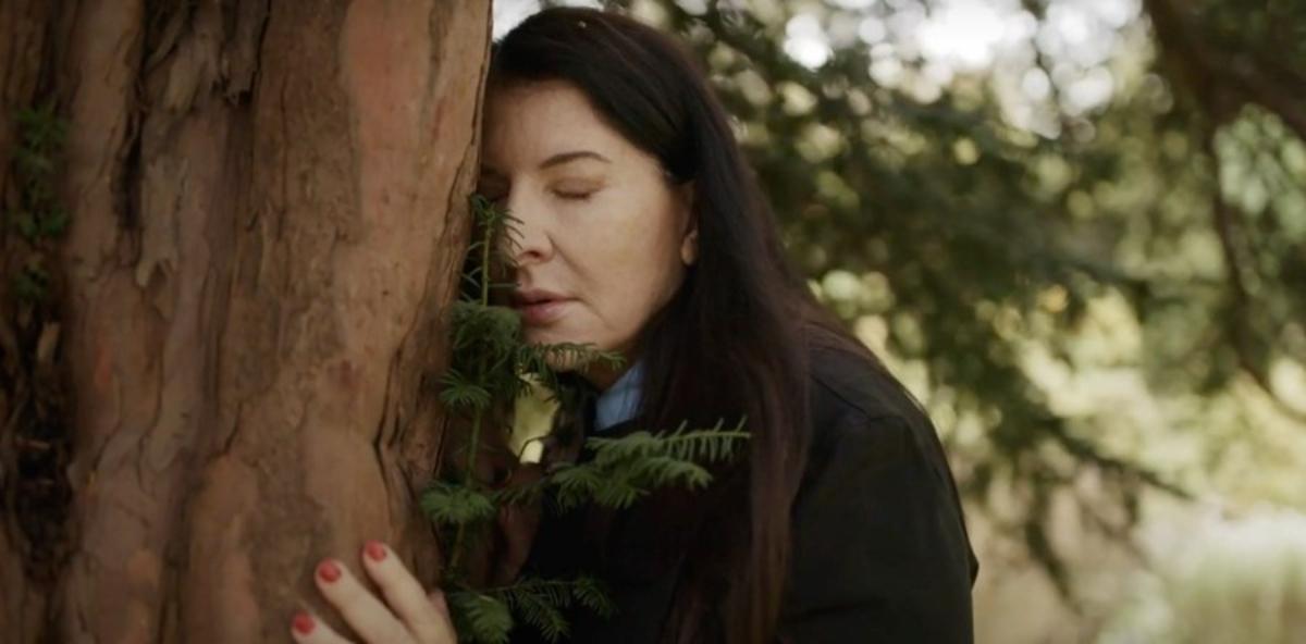 El consejo de Marina Abramović para curar el alma: quejarse con un árbol