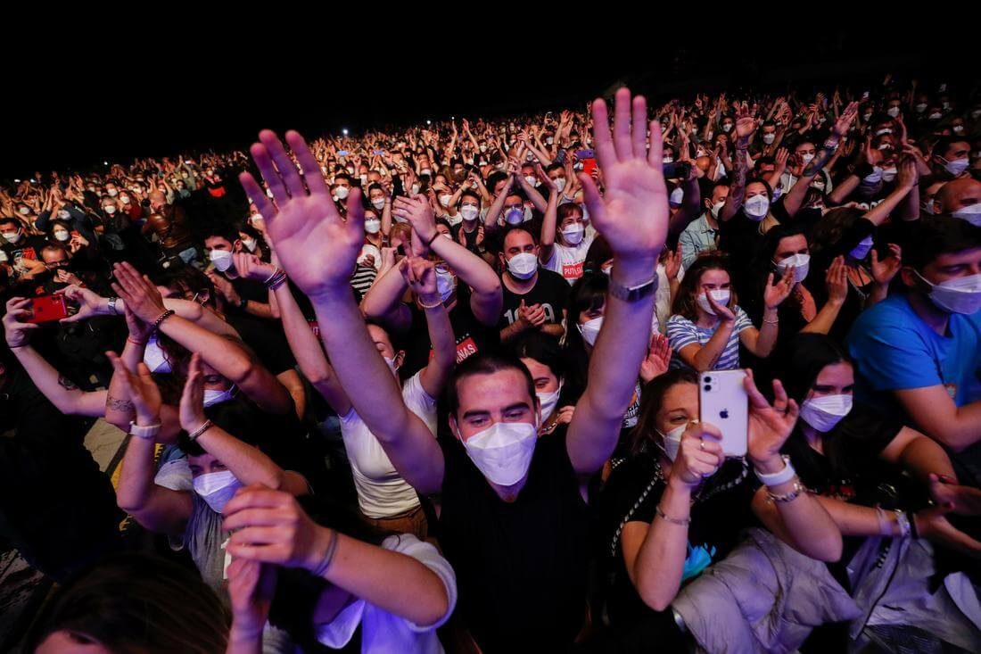 España: 5.000 personas asisten a un concierto en Barcelona para probar la eficacia de pruebas rápidas de COVID-19 en espectáculos en vivo