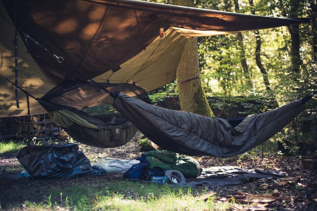 Zwei verschiedene Schlafsetups: Amazonas Traveller XXL mit DD Underquilt und die Tortuga mit SnugPak Cocoon.