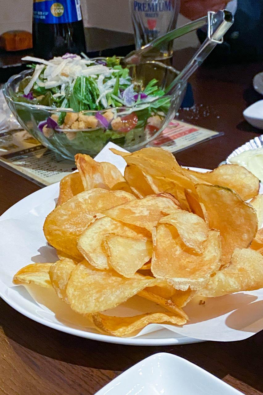 ポテトチップとサラダ