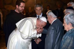 Pope kisses the hand