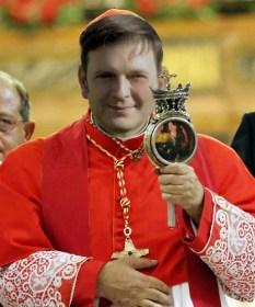 Cardeal Crescenzio Sepe mostra do altar da Catedral de Nap