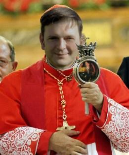 Kardinal Crescenzo Sepe zeigt vom Altar der Kathedrale von Nap