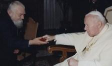 Enzo blanco con Juan Pablo II