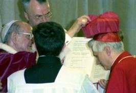 Paolo VI berretta cardinalizia a Ratzinger