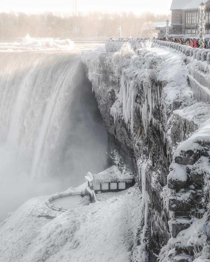 image5-9 | Замерзший Ниагарский водопад напоминает Нарнию — это просто волшебно!