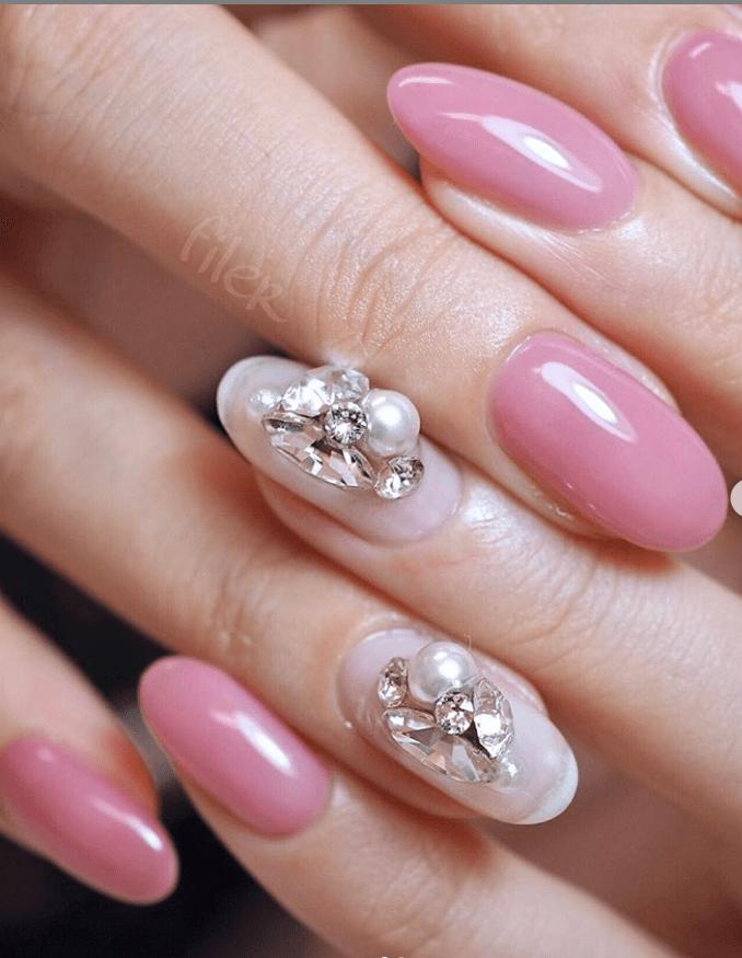 image4-6 | 16 идей розового маникюра с жемчугом на овальные ногти