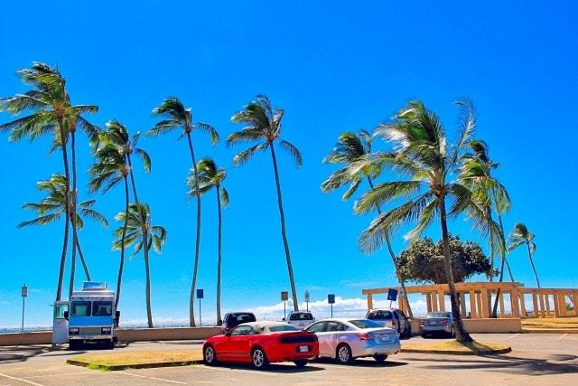 ビーチ沿いの駐車場の風景