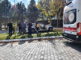 Sürücü virajı alamayarak ağaca çarptı: 4 yaralı