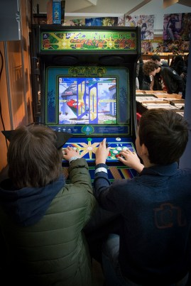 """Dos chavales """"descubriendo"""" 'Street Fighter II'. ¡Qué tiempos!"""