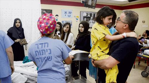 Doktorlar, 9 yaşındaki bir kızı kurtararak başlarını omurgadan ayırdı.