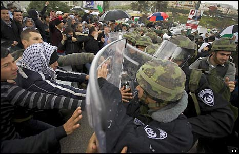 Israeli-Arab protesters have clashed with police as Jewish-Israeli right-wingers held a march in the majority-Arab town of Umm al-Fahm in northern Israel.