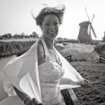 Wind door de haren van de bruid bij molen